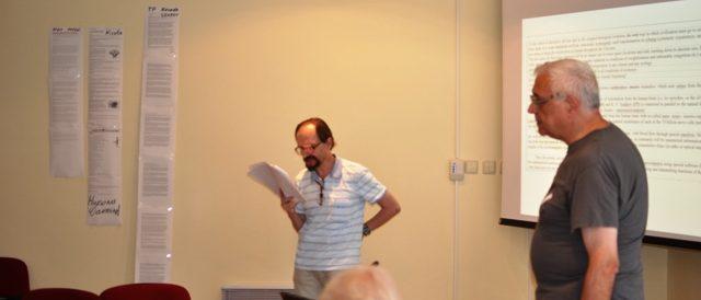 """д-р Ян Корчмарюк (Русия) чете своя доклад """"Сеттлеретика"""", проф. д-р Ангел Марчев превежда от руски в момента"""